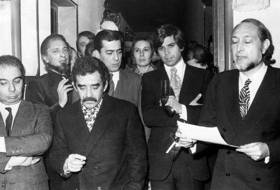 Mario Vargas Llosa junto a reconocidos escritores