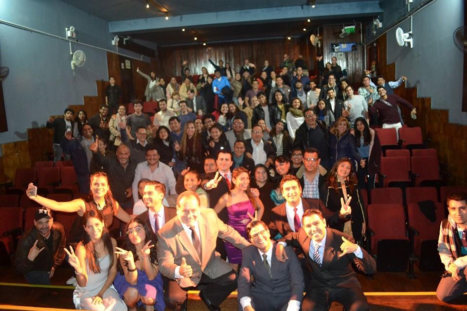 Staff de Artes Unidas participando del Selfie de la Función de Fiesta de Promoción! - ArtesUnidas.com