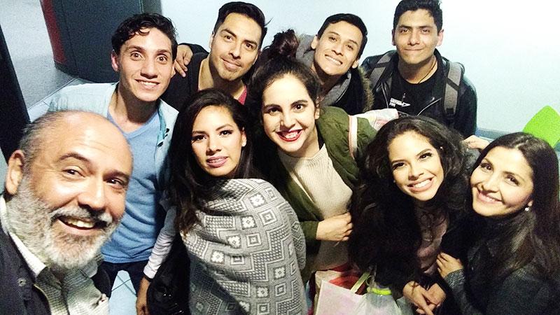 Sergio González junto al elenco de Los Cachorros - ArtesUnidas.com