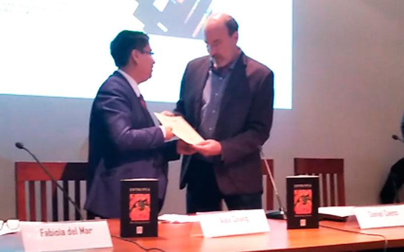 Alex Chang Llerena recibiendo el reconocimiento de la Casa de la Literatura Peruana - ArtesUnidas.com