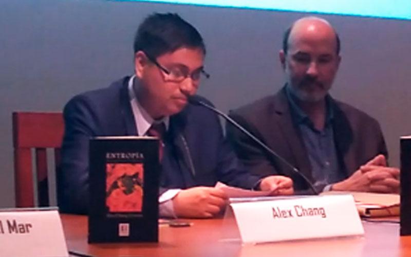 Alex agradeciendo el reconocimiento de la Casa de la Literatura Peruana - ArtesUnidas.com
