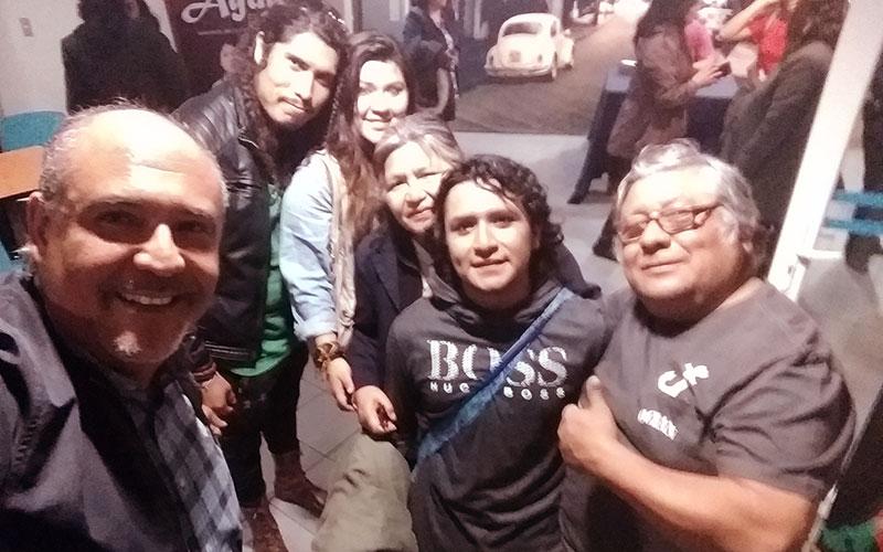 David Montellanos junto a su familia y a Sergio Gonzalez - Interpretó al Sacerdote Don Inocencio - ArtesUnidas.com