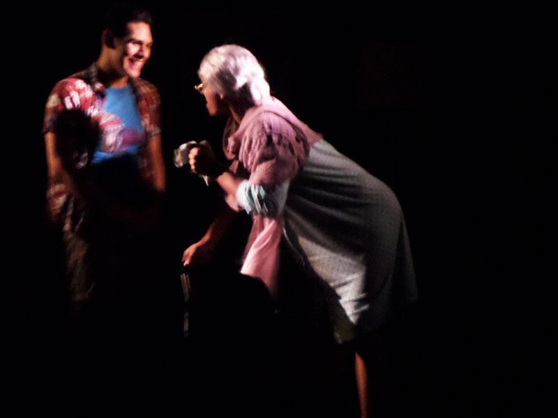 La Abuelita Calentona quiere hacer de las suyas todo el tiempo - ArtesUnidas.com