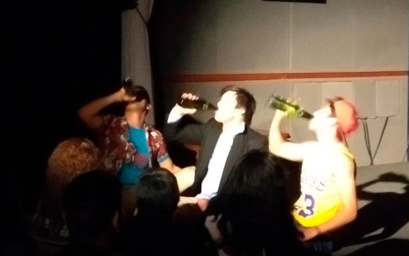 Un momento de celebración en Sueltos en Casa - ArtesUnidas.com