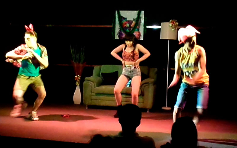 Tremendo fiestón en escena en Sueltos en Casa - ArtesUnidas.com