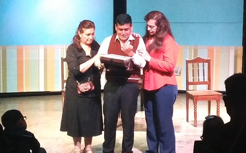 La obra presenta a tres hermanos reunidos por la muerte de su madre - ArtesUnidas.com