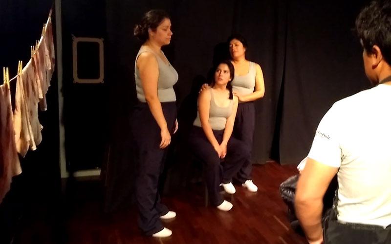 Tres mujeres con la misma huella interna pisoteada por el machismo en Kapital 2.5 - ArtesUnidas.com